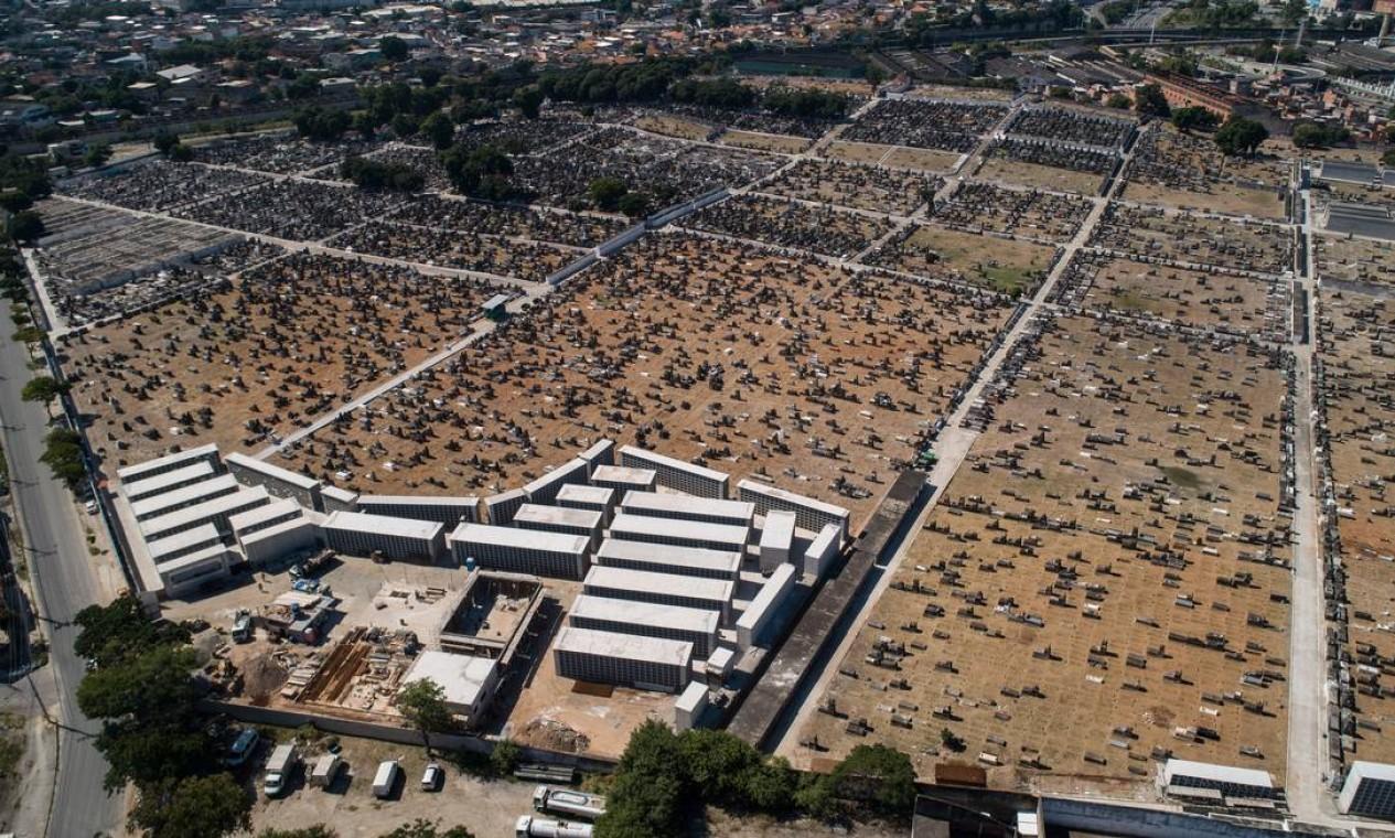 Cemitério de Inhaúma é um dos maiores da Zona Norte do Rio Foto: Brenno Carvalho / Agência O Globo