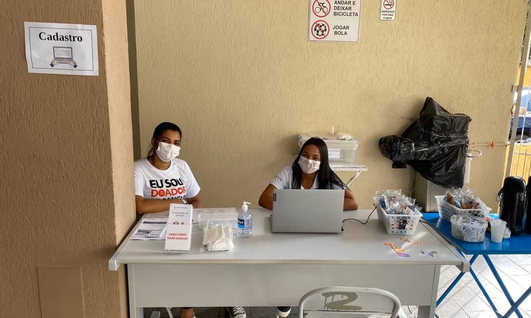 Agentes da Clínica de Hemoterapia durante projeto piloto em condomínio Foto: Divulgação