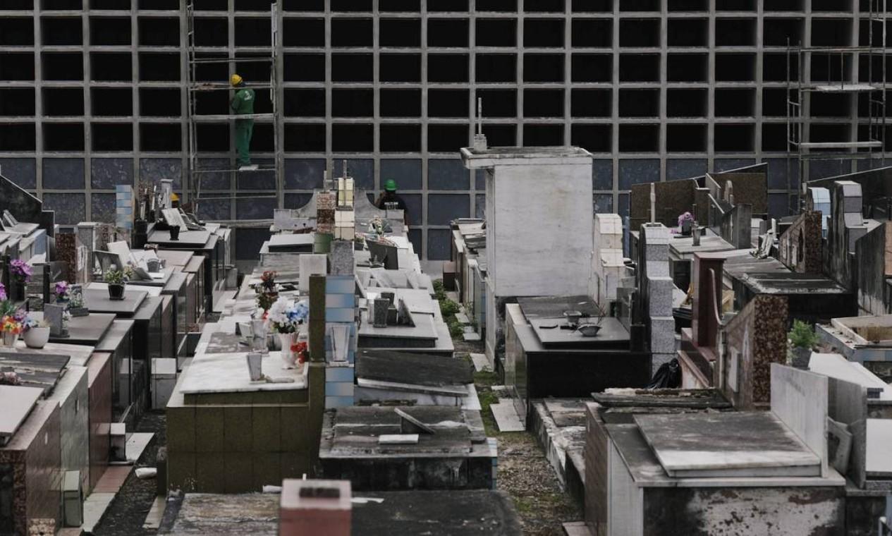 Cemitérios do Rio de Janeiro, como o de Irajá, avançam em obras para ampliação da capacidade de sepultamentos frente ao aumento de óbitos durante a pandemia do novo coronavírus Foto: RICARDO MORAES / REUTERS