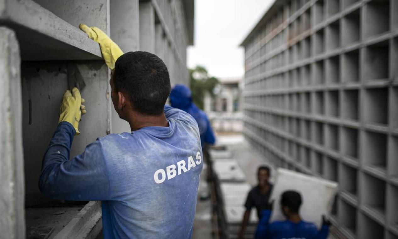 Em regime de urgência, operários trabalham para erguer novos leitos de morte em decorrência do aumento de óbitos pela pandemia de Covid-19 no Rio Foto: Hermes de Paula / Agência O Globo