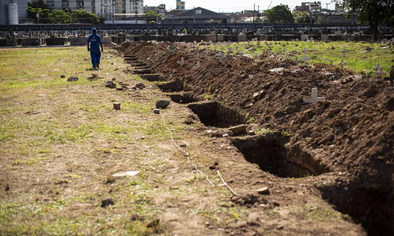 Cemitério do Caju também apliou número de covas rasas. Uma área exclusiva para vítimas da Covid-19 foi criada Foto: Hermes de Paula / Agência O Globo