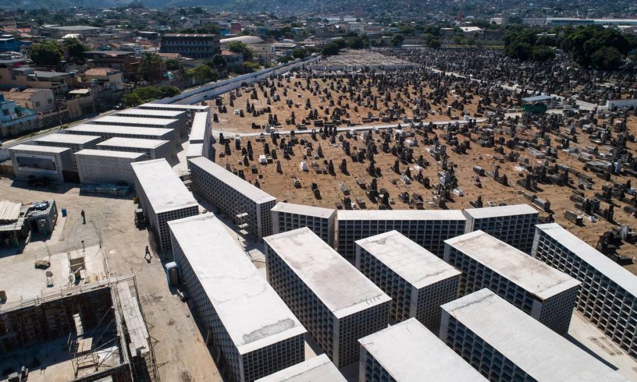 Cemitério de Inhaúma, também na Zona Norte, está ampliando sua capacidade de jazigos verticais. Grandes caixas de concreto estão sendo construídas para sepultamento de vítimas da Covid-19 Foto: Brenno Carvalho / Agência O Globo