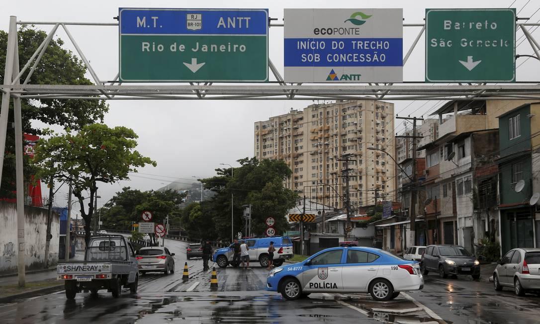 Polícia Militar faz bloqueio no acesso a Ponte Rio-Niterói. Foto: Fabiano Rocha / Agência O Globo