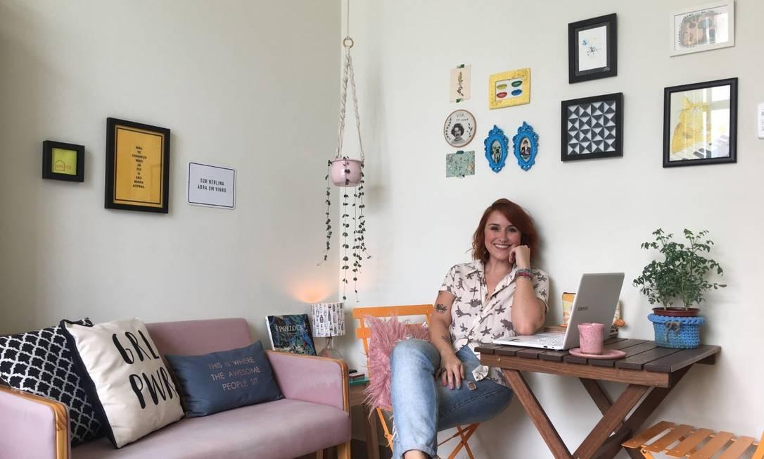 Em 25m²: Thassiana Carias se exercita, trabalha e come na sala do conjugado em Botafogo Foto: Acervo pessoal