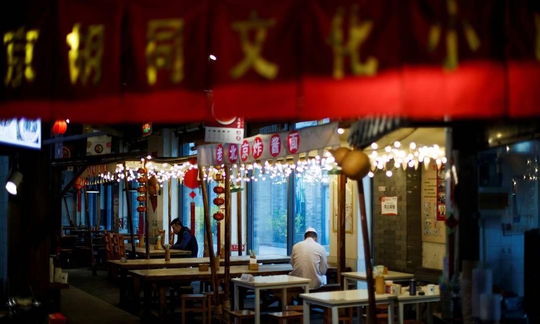 Restaurante em Pequim, na China: cientistas do país verificaram risco de transmissão de coronavírus pelo ar em local fechado Foto: Thomas Peter / ReutersREUTERS