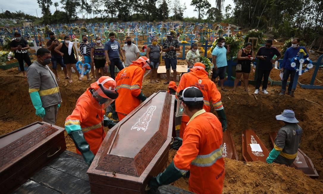 Com média acima dos 100 enterros por dia, Manaus teme falta de caixões Foto: BRUNO KELLY / REUTERS