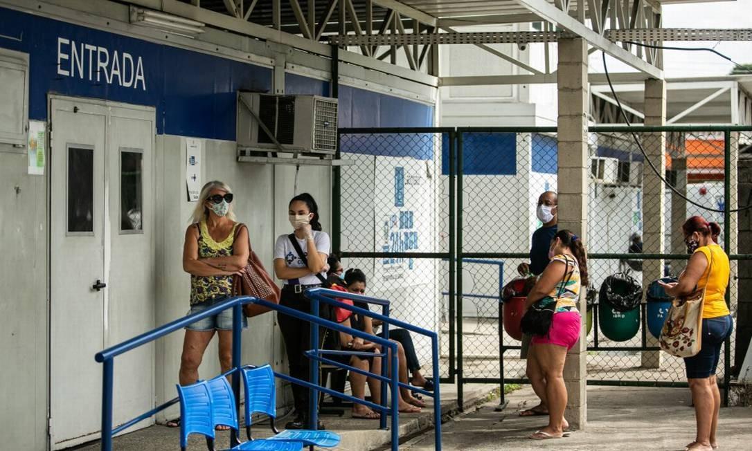 Espera na UPAda Estrada do Mendanha, em Campo Grande: porta fechada e problemas no atendimento compõem cenário em quase toda a rede Foto: Hermes de Paula / Agência O Globo
