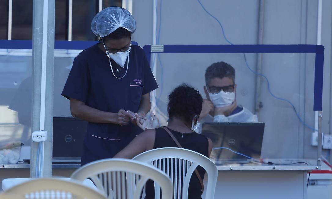 Situação limite: paciente é atendida do lado de fora da UPAda Tijuca Foto: Fabiano Rocha / Agência O GLOBO