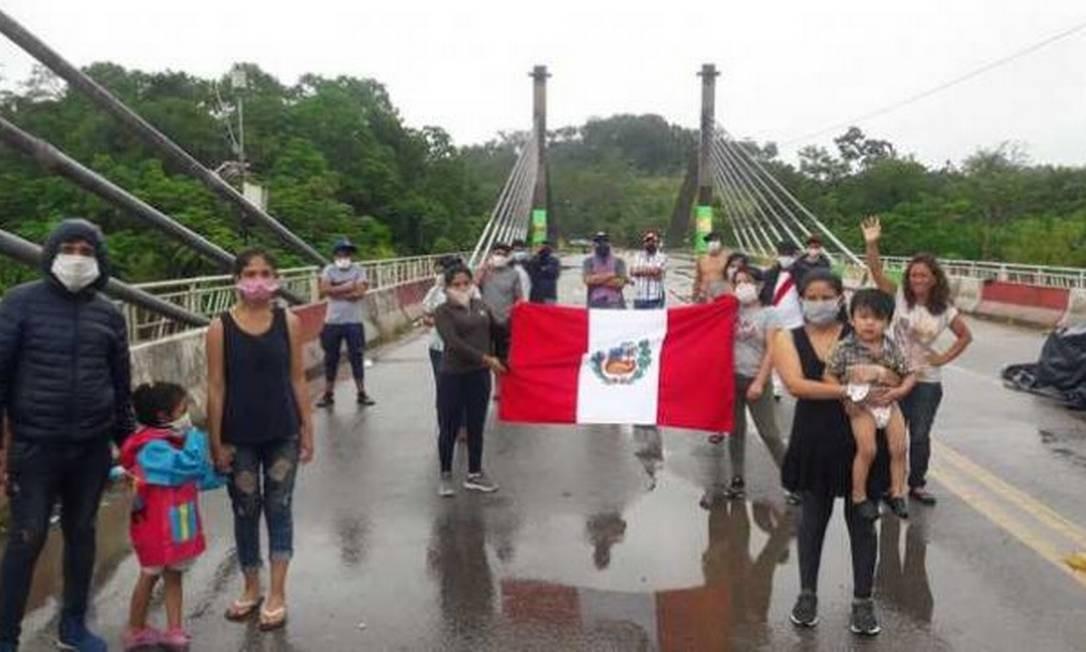 Estrangeiros na ponte do município Assis Brasil, na divisa do Brasil com o Peru e a Bolívia Foto: Reprodução