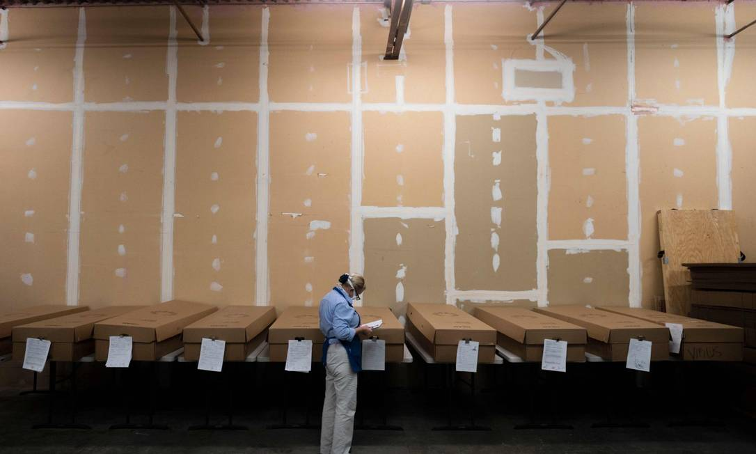 Supervisora de crematório em Maryland, nos EUA, checa nome de corpos que aguardam para serem cremados Foto: ANDREW CABALLERO-REYNOLDS / AFP