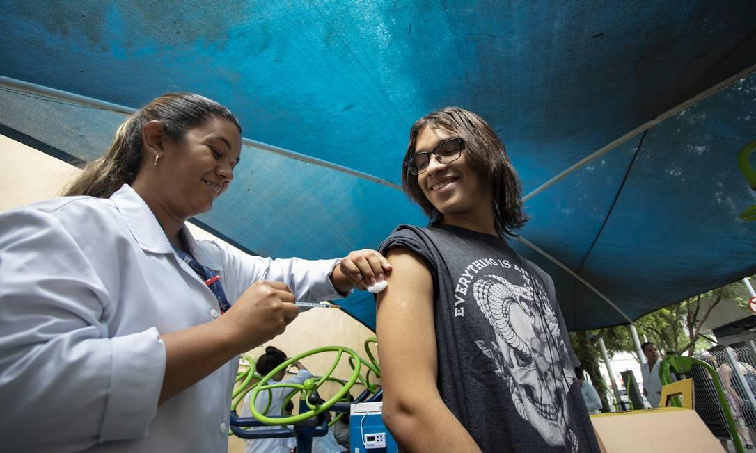 A enfermeira residente Priscila Cruz aplica a segunda dose de vacina contra o sarampo em João Pedro Moreira, durante a campanha de vacinação, em Copacabana Foto: Ana Branco/17-3-20 / Agência O Globo