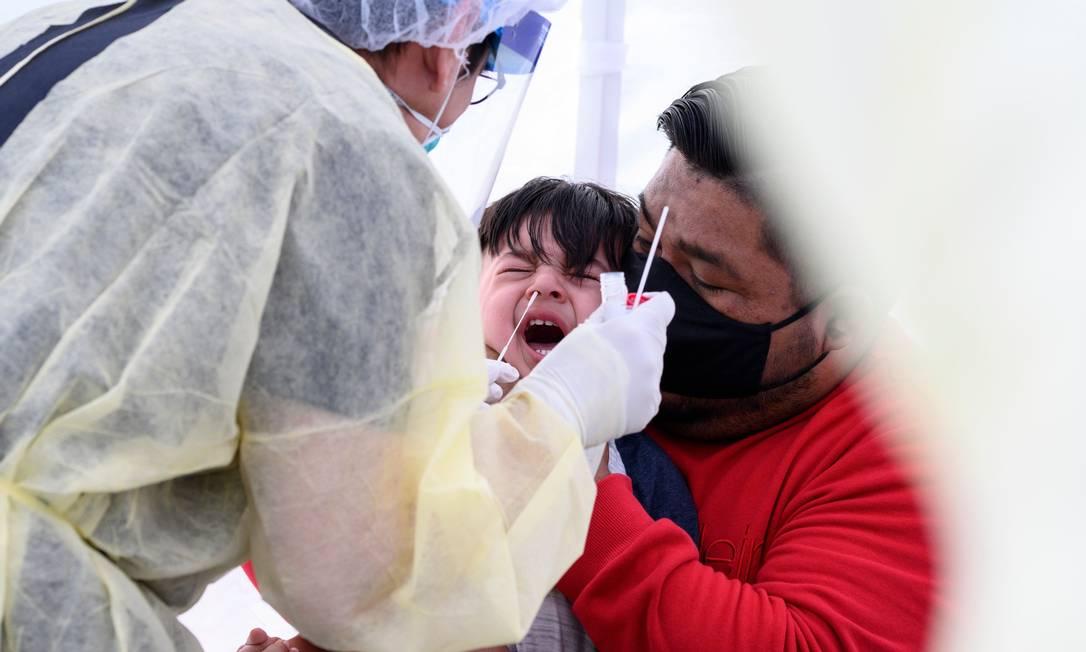 Criança é testada para a Covid-19 em laboratório móvel na cidade de Compton, na Califórnia (EUA) Foto: ROBYN BECK / AFP