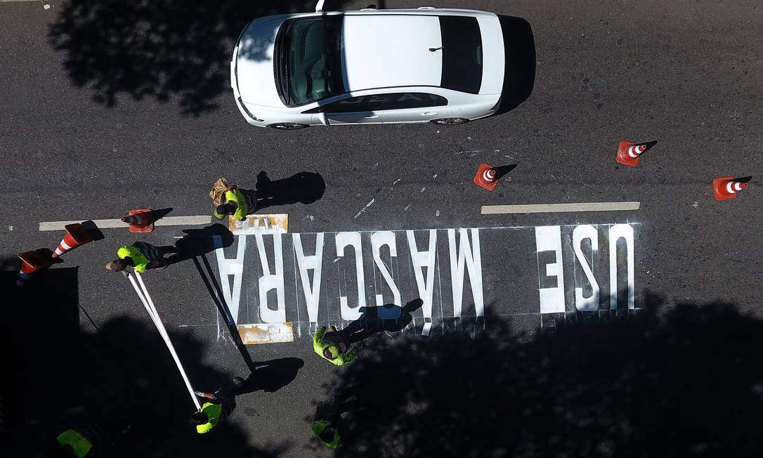 A mensagem sendo pintada na Rua do Catete Foto: Fabio Motta / Agência O Globo