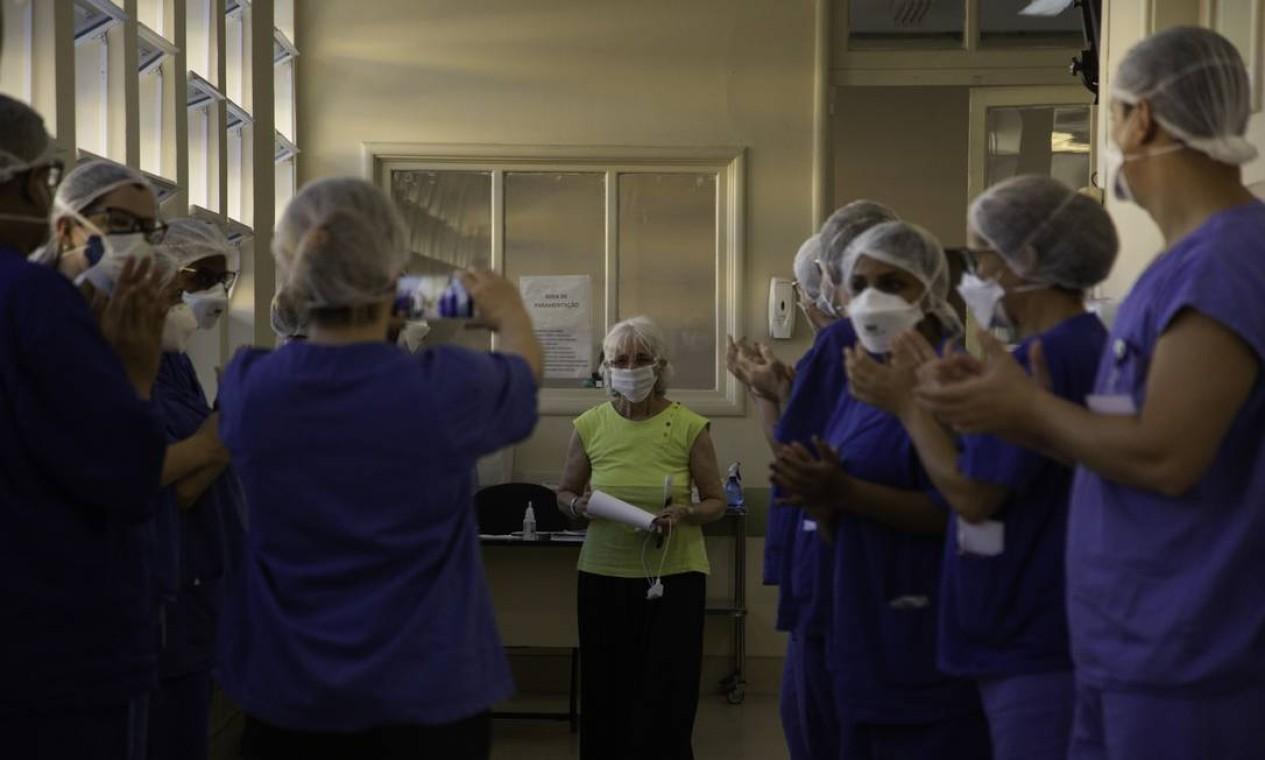 Marlene é aplaudida pela equipe de saúde do Hospita Pedro Ernesto, referência no tratamento de pacientes de alta complexidade da Covid-19 Foto: Gabriel Monteiro / Agência O Globo