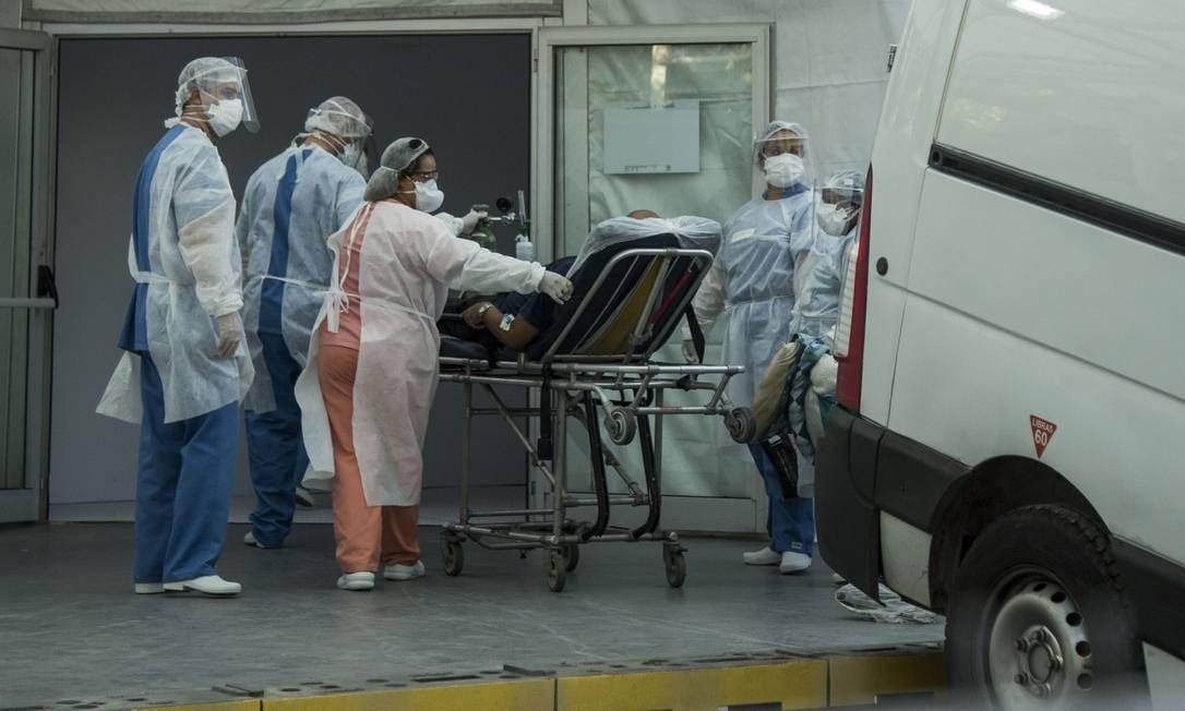 Paciente chega de maca para ser internado no hospital de campanha erguido no Leblon, Zona Sul do Rio Foto: Guito Moreto / Agência O Globo