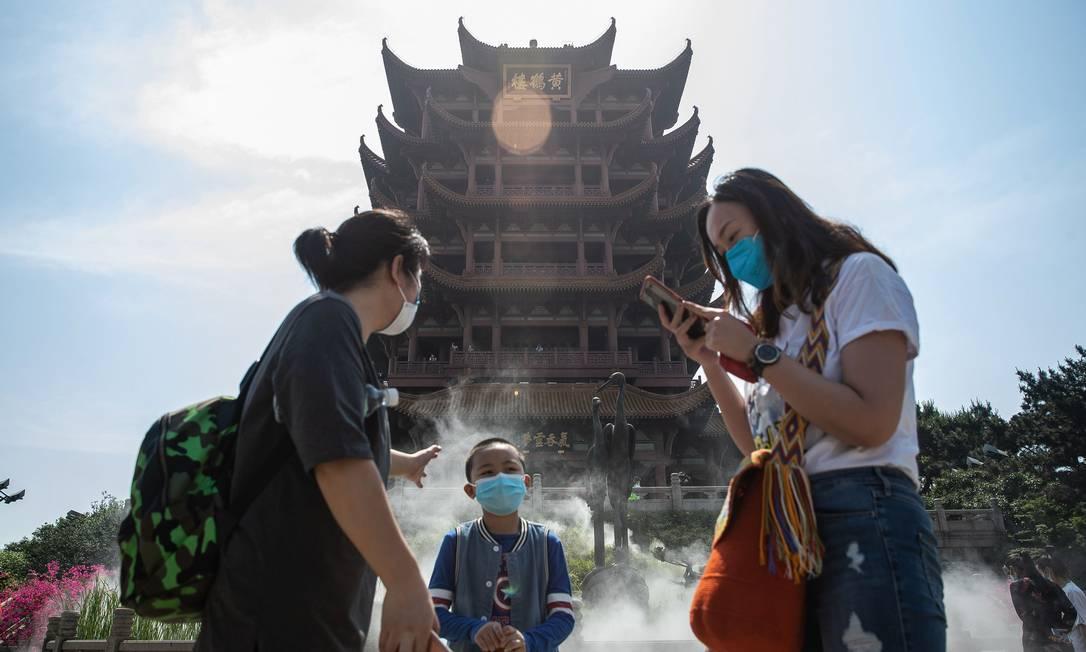 Chineses visitam a Torre Yellow Crane, após sua reabertura ao público em Wuhan Foto: STR / AFP
