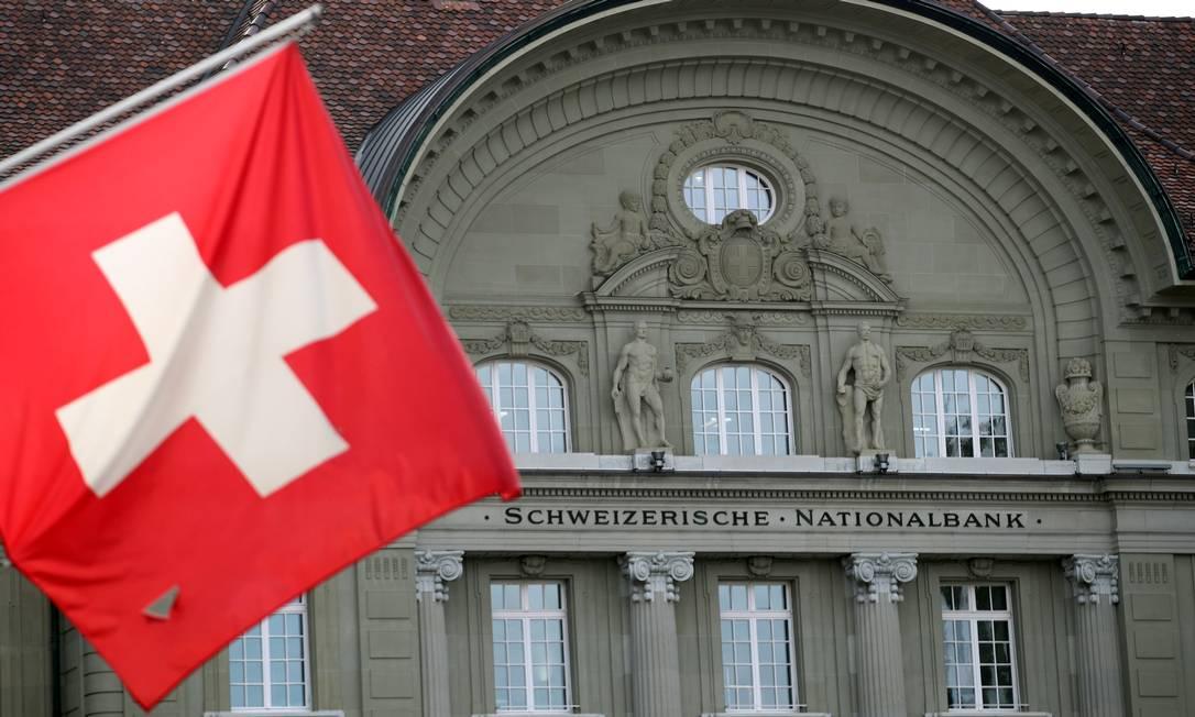 Bandeira da Suíça em frente ao Banco Nacional do país Foto: Denis Balibouse / Reuters