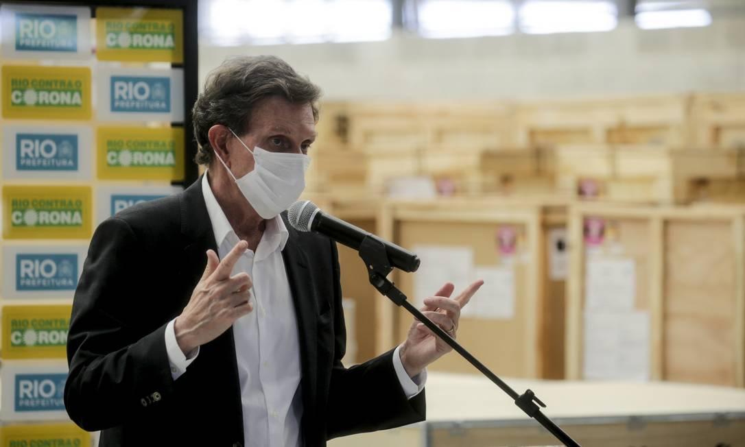 O prefeito Marcelo Crivella no terminal de cargas do Galeão, onde recebeu equipamentos médicos Foto: Gabriel de Paiva / Agência O Globo