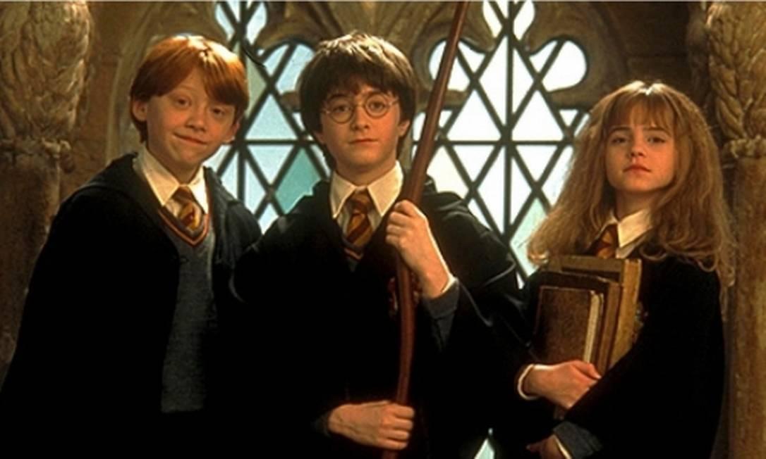 Daniel Radcliffe (centro), Rupert Grint e Emma Watson como Harry Potter, Ron Weasley e Hermione Granger em um dos filmes da franquia Foto: Divulgação