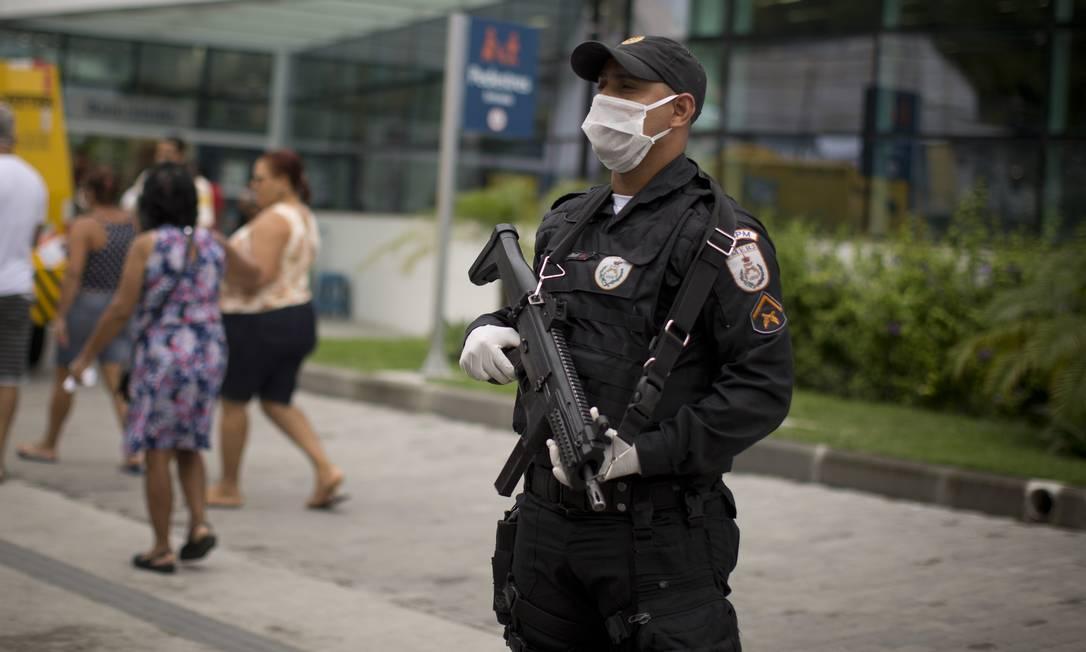 Policial de máscara em Santa Rosa: região computou queda de 58% em roubos de rua Foto: Márcia Foletto / Agência O Globo