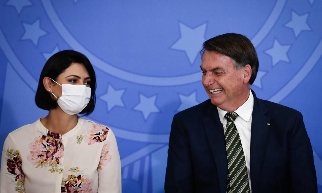 De máscara, a primeira-dama, Michele Bolsonaro, ao lado do presidente durante a solenidade de posse do novo ministro da Justiça Foto: Pablo Jacob / Agência O Globo