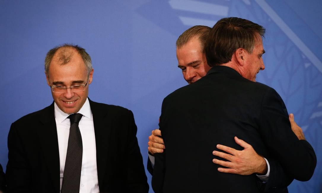 Bolsonaro cumprimenta com abraço o presidente do STF, Dias Toffoli, durante a posse de André Mendonça como ministro da Justiça Foto: Pablo Jacob / Agência O Globo - 29/04/2020