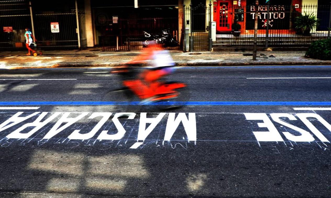 Prefeitura pinta mensagens nas ruas da cidade para a conscientização sobre o uso de máscaras, que se tornou obrigatório em 23 de abril de 2020 Foto: FABIO MOTTA / Agência O Globo - 29/04/2020