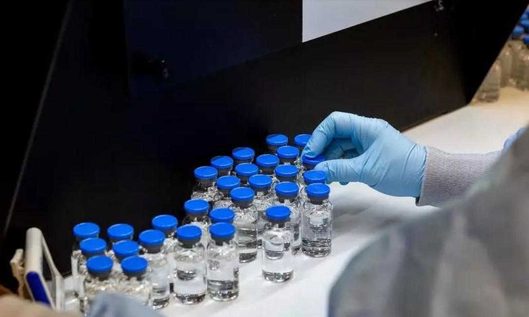 Um técnico de laboratório inspeciona frascos cheios de remdesivir de remédio para tratamento da doença de coronavírus sob investigação (COVID-19) em uma instalação da Gilead Sciences em La Verne, Califórnia, EUA, 11 de março de 2020 Foto: REUTERS - GILEAD SCIENCES