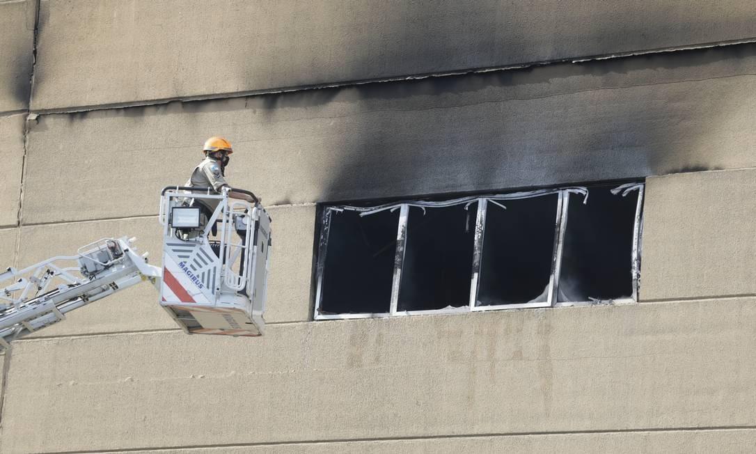 Incêndio atinge galpão da Viradouro, a campeã do carnaval, na Cidade do Samba, na manhã desta quinta-feira Foto: Marcia Foletto / Agência O Globo