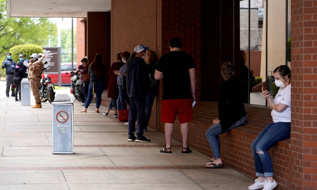 Trabalhadores americanos foram fila para solicitar o seguro-desemprego no Centro de Força de Trabalho de Fort Smith, no estado de Arkansas Foto: Nick Oxford / Reuters