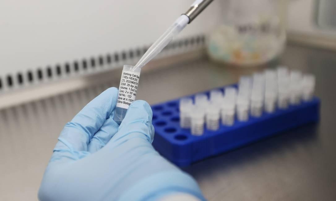 Cientista trabalha em pesquisa para desenvolvimento de vacina contra o Sars-CoV-2; governo americano planeja iniciativa para reduzir em oito meses tempo de produção de uma cura Foto: CARL RECINE / REUTERS