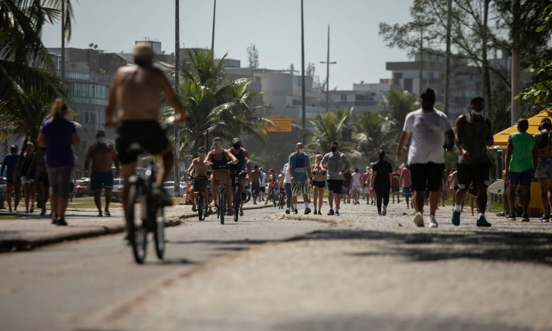 Calçadão da Praia do Recreio lotado em mesmo com resrições para a circulação de pessoas (26-04-2020) Foto: BRENNO CARVALHO / Agência O Globo