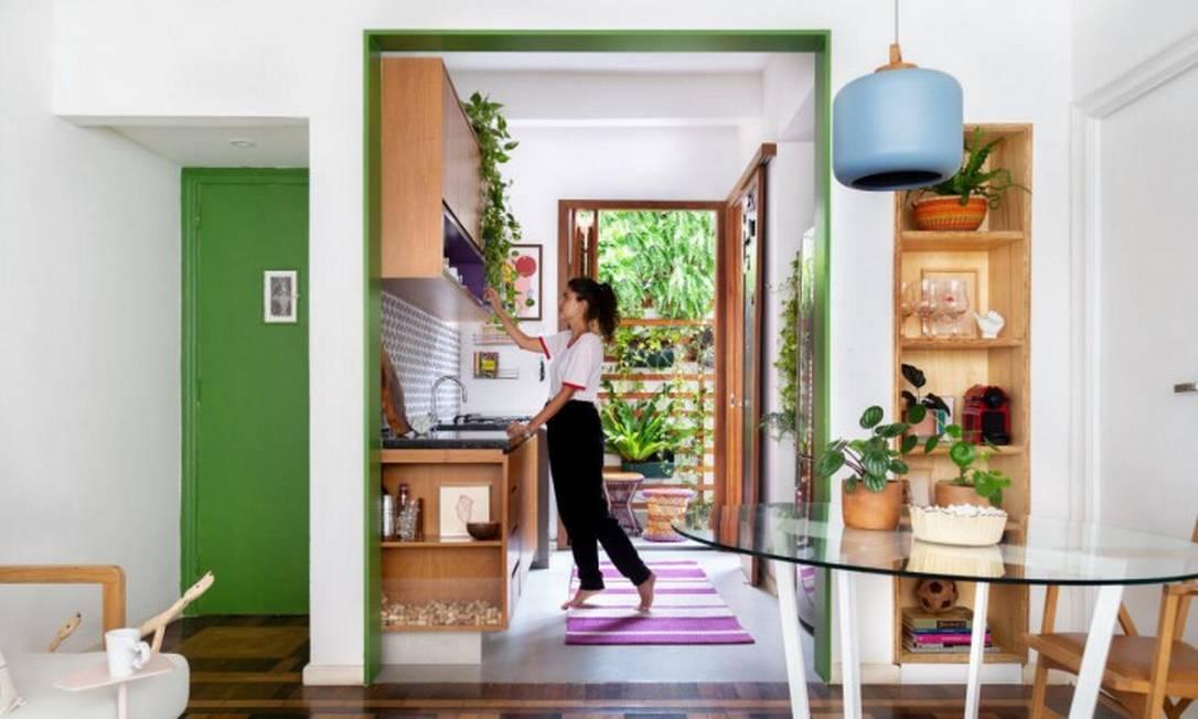 """Arquitetura pós-Covid: Gabriela Maciel, da Fita Arquitetura, conta sobre as importância da praticidade: """"Nesse projeto, abrimos a cozinha, escondemos o que não deve ser visto e fizemos um nicho de fácil acesso ao que é usado no dia a dia Foto: Divulgação"""