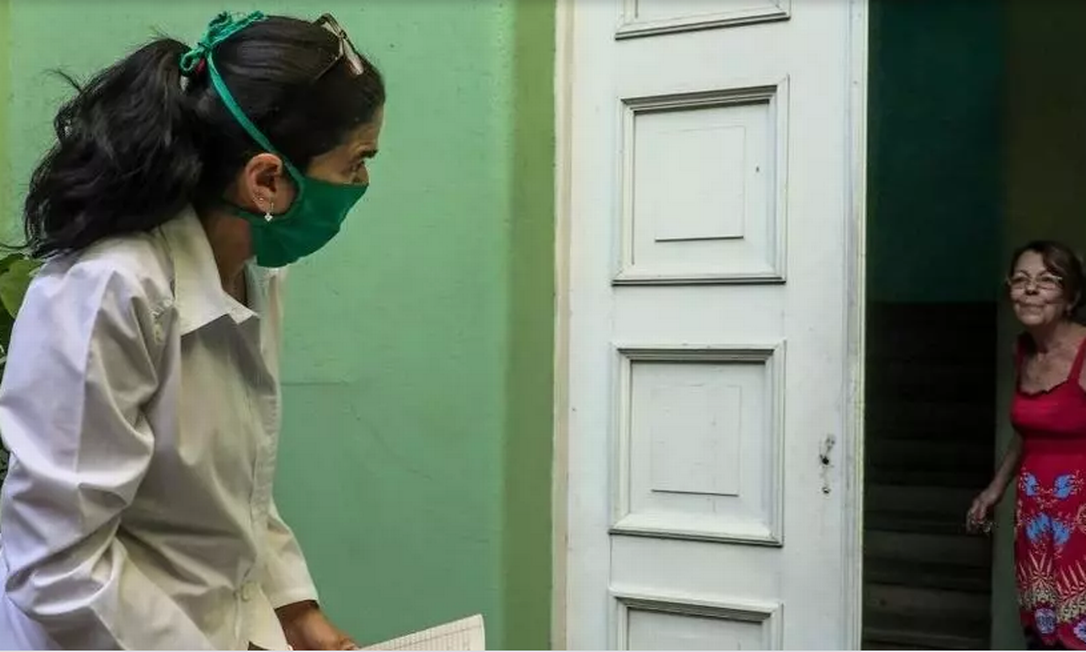Em Cuba, mais de 28.000 estudantes de medicina se encarregam de visitar de porta em porta todos os habitantes da ilha para prevenir ou detectar casos de coronavírus Foto: AFP - ADALBERTO ROQUE