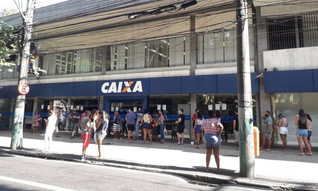 Aglomeração: na quarta-feira, dezenas de pessoas fizeram fila na porta da Caixa Econômica da Rua Gavião Peixoto, em Icaraí, para sacar o auxílio federal Foto: Lívia Neder / Agência O Globo