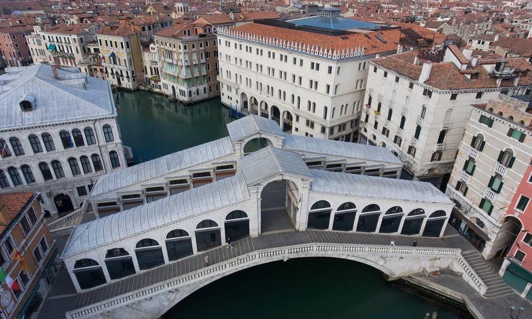 Vista aérea da Ponte Rialto, um dos cartões-postais mais conhecidos de Veneza, completamente vazia durante a quarentena Foto: Marco Sabadin / AFP