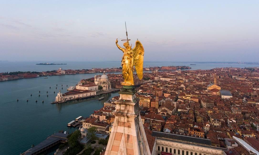 Vista aérea mostra o Anjo Dourado, no topo do Campanário de São Marcos, na praça principal de Veneza Foto: Marco Sabadin / AFP