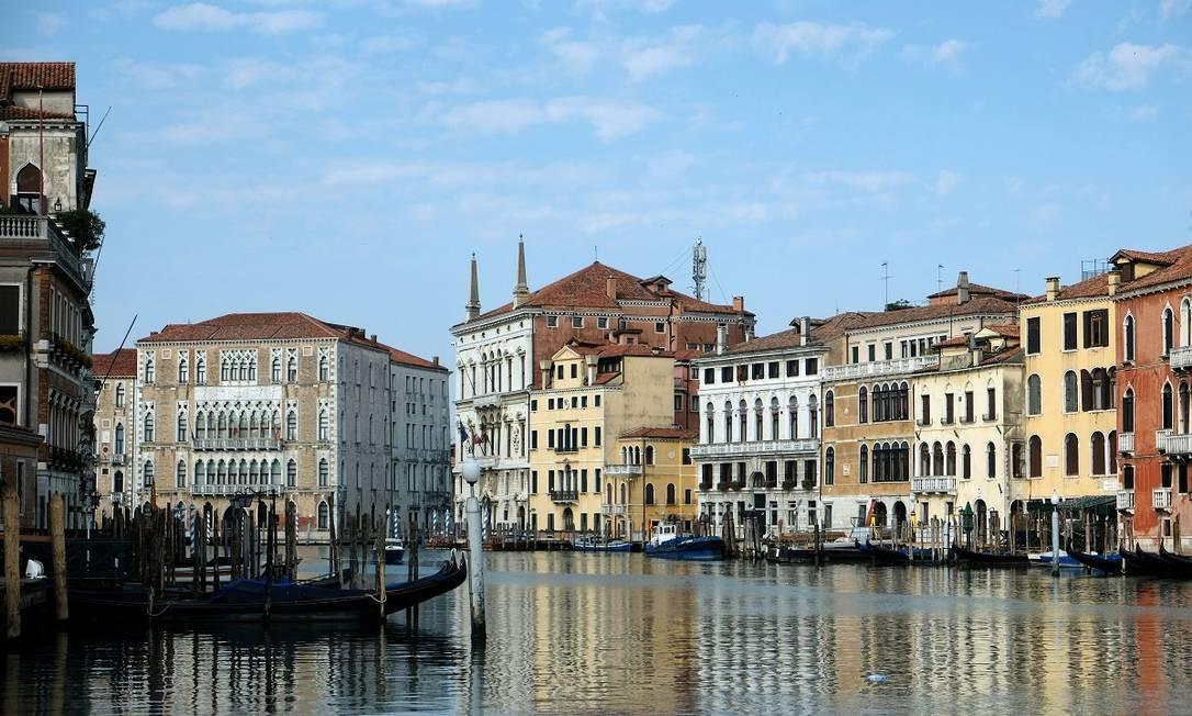 A pandemia mudou também a cara do Grande Canal de Veneza, normalmente lotado de embarcações, turísticas ou não Foto: Manuel Silvestri / Reuters