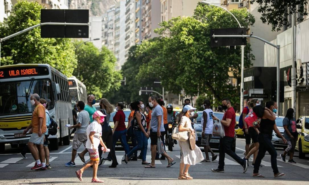 Movimentação grande de pessoas em Copacabana nesta quinta-feira Foto: Hermes de Paula / Agência O Globo