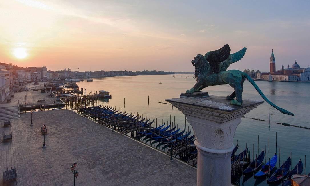O Leão de Veneza sobre um calçadão vazio: pandemia mudou a cara da cidade italiana Foto: Marco Sabadin / AFP