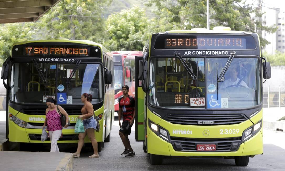 Ônibus deixa passageiros no terminal Joao Goulart: pagamento as empresas refetente a gratuidade nas tarifas será adiantado pelo município.