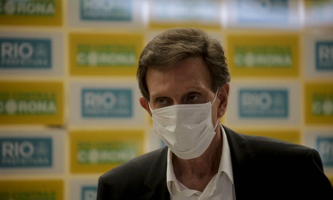 Prefeito Marcelo Crivella no Galeão para anunciar chegada de equipamentos médicos para combater a pandemia Foto: Gabriel de Paiva / Agência O Globo