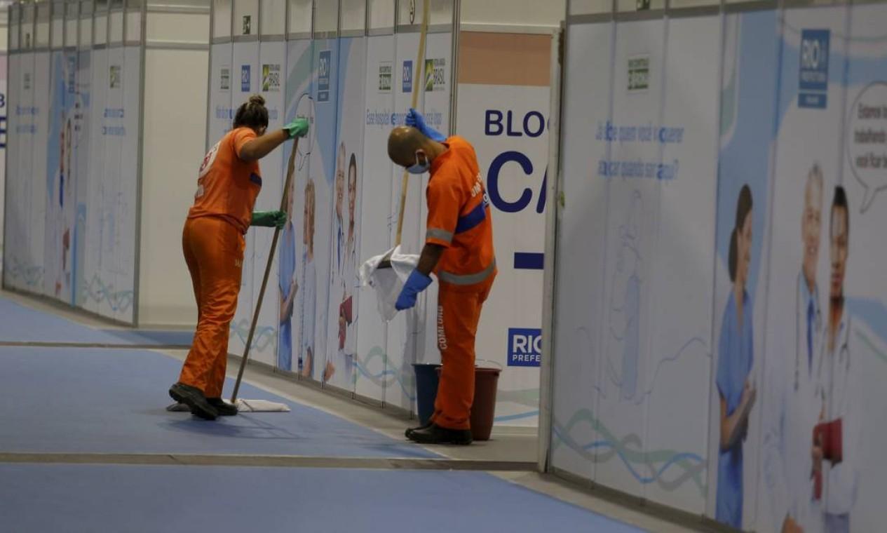 Profissionais de limpeza dão últimos retoques na nova unidade de atendimento de pacientes com a Covid-19 Foto: Fabiano Rocha / Agência O Globo