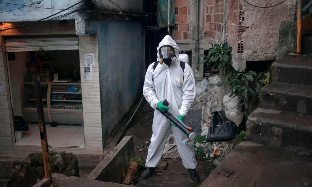 Líder comunitário participa de processo de desinfecção contra o novo coronavírus no Dona Marta, Zona Sul do Rio de Janeiro. Em todo o Brasil, Covid-19 já deixou mais de 6 mil mortos Foto: MAURO PIMENTEL / AFP
