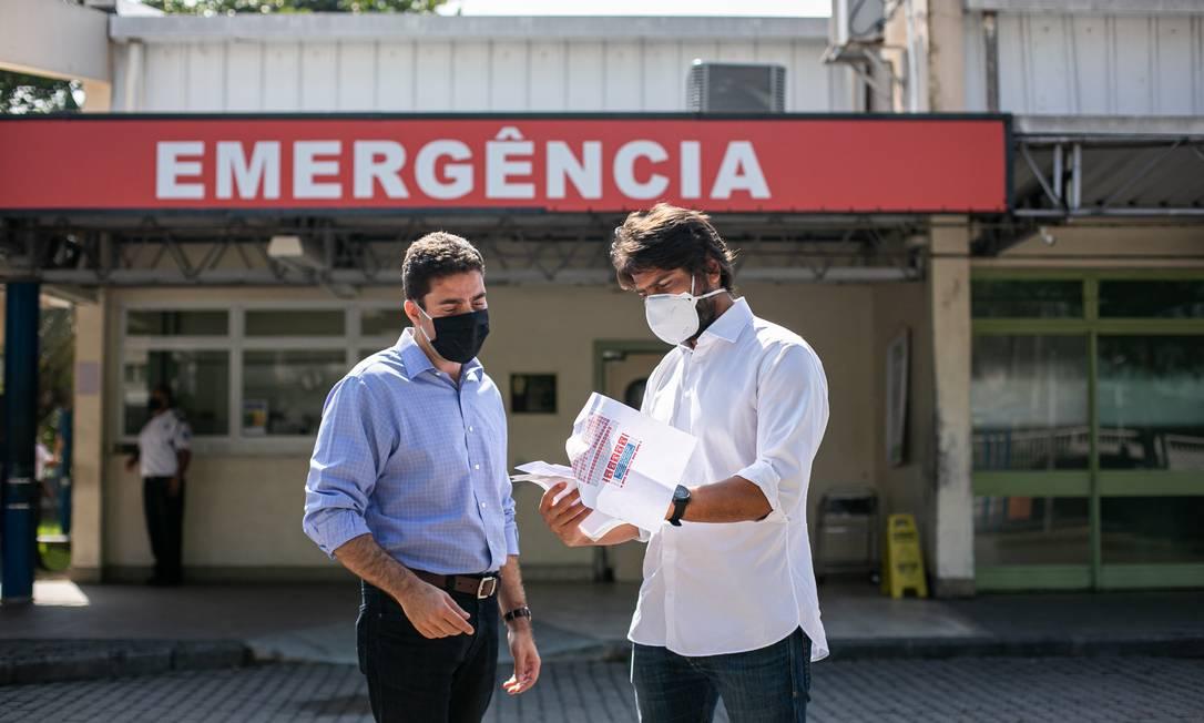Vereador Átila Nunes e deputado federal Pedro Paulo em frente ao Hospital Lourenço Jorge Foto: Hermes de Paula / Agência O Globo