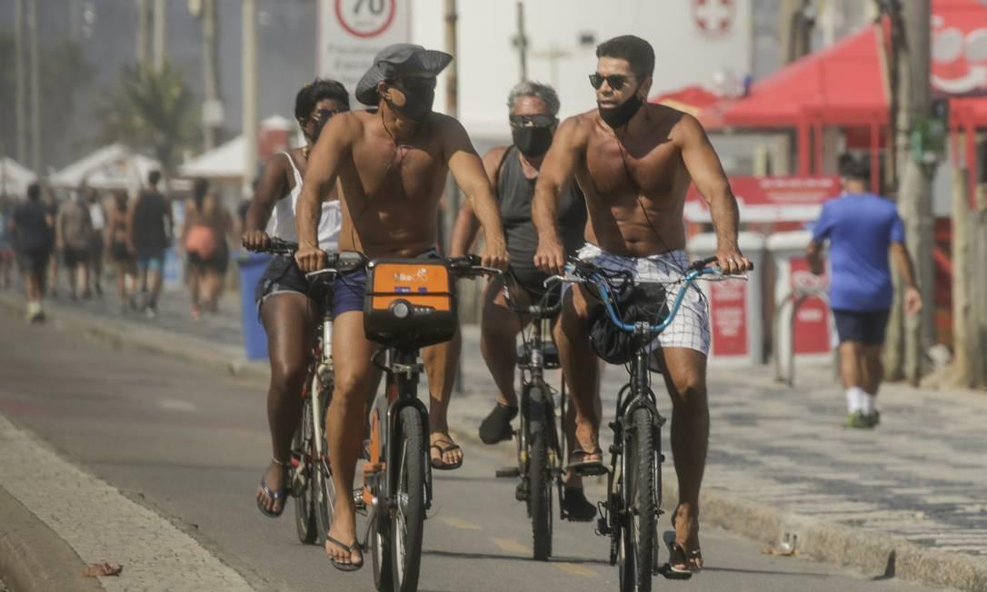 No feriado, a ressaca assustou os banhistas na orla, que teve algum movimento no calçadão Foto: Gabriel de Paiva / Agência O Globo
