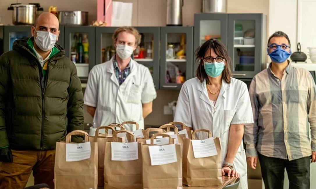 O chef brasileiro Raphaël Rego (E), que tem entregado comida em hospitais e passará a ajudar associação Amis du Brésil Foto: Julie Limont