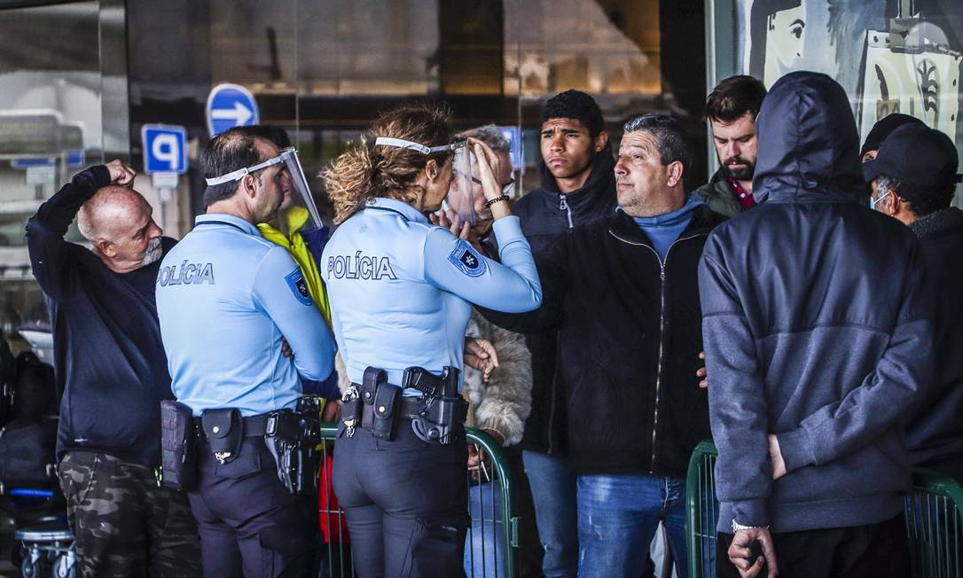 Brasileiros no aeroporto de Lisboa à espera do vôo de retorno para o Brasil. Apenas uma parte deles conseguiu embarcar Foto: Gabriel de Rezende/Zimel Press/30-4-2020