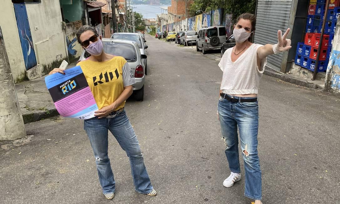 Alessandra Schiper (de blusa branca) e Aline Miranda na comunidade Tavares Bastos Foto: Divulgação