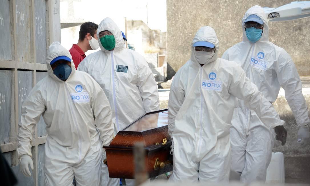 Vítima de Covid-19 é sepultada no cemitério de Irajá, na Zona Norte do Rio, por coveiros com equipamentos de proteção contra o novo coronavírus na última quinta-feira (30) Foto: Jorge Hely / FramePhoto/Agência O Globo